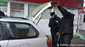Белорусские пограничники производят досмотр легкового автомобиля