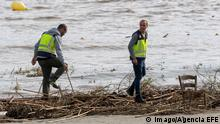 Two policemen search for victims in the beach of Sillot, in Mallorca island, eastern Spain, 10 October 2018, a day after the flash floods caused by heavy rainfall hitting the island. The torrent of Sant Llorenc flows into the beach. At least five people died and nine other people are missing are due to the flash floods caused by the overflowing of the torrent of Sant Llorenc. More than 100 Civil Guard officers are working the search operation. Several people died in flash floods in Majorca island !ACHTUNG: NUR REDAKTIONELLE NUTZUNG! PUBLICATIONxINxGERxSUIxAUTxONLY Copyright: xCatixCladerax GRAF3504 20181010-636747654851496440
