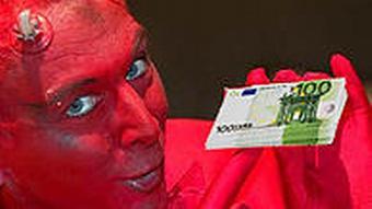 Teufel mit Geldscheinen in der Hand (Bild: AP/DW Florian Meyer)