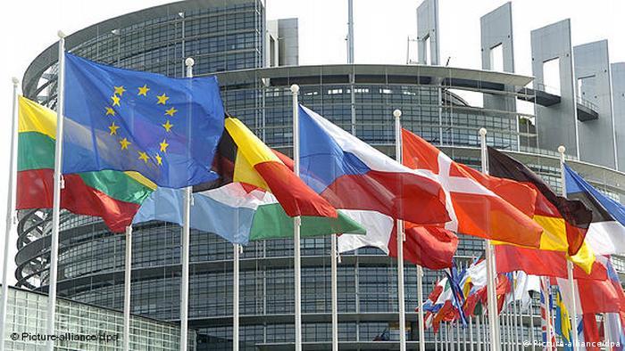 Flaggen vor dem Europäischen Parlament Flash-Galerie (Picture-alliance/dpa)