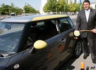 Sigmar Gabriel, ministro alemán de Medio Ambiente, junto a un BMW Mini eléctrico.
