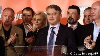 Željko Komšić za govornicom okružen stranačkim kolegama i jednom kolegicom