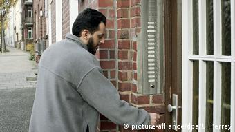 DW Special Motassadeq vor seinem Wohnhaus in Hamburg-Harburg (picture-alliance/dpa/U. Perrey)