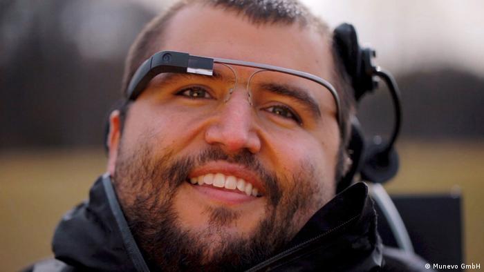 Rollstuhlfahrer mit preisgekrönter Steuer-Brille