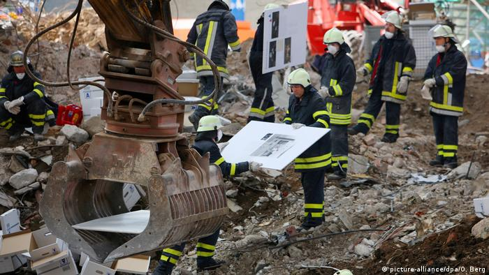 Firefighters attempt to recover historical documents after the collapse of the Cologne city archive (picture-alliance/dpa/O. Berg)