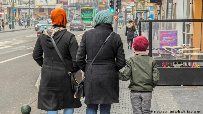 Belgien als Durchgangsland für Migranten | Muslimische Frauen mit Kind in Brüssel (picture-alliance/dpa/W. Rothermel)