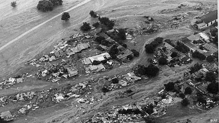 Foto aérea em preto e branco mostra cidade devastada