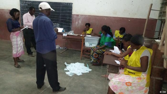 Mosambik Wahl | Zählung der Stimmen in Nhamabira