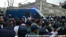 (181010) -- DHAKA, Oct. 10, 2018 (Xinhua) -- Prisoners are transferred after the verdict in Dhaka, Bangladesh, on Oct. 10, 2018. A Bangladesh court on Wednesday sentenced 19 people to death, including two former ministers, over a case of grenade attacks at now Prime Minister Sheikh Hasina's rally in 2004 that killed at least 24 people. Another 19 people including former Prime Minister Khaleda Zia's son Tarique Rahman, the current opposition Bangladesh Nationalist Party (BNP) acting chairman, were sentenced to life imprisonment. (Xinhua) (hy) | Keine Weitergabe an Wiederverkäufer.