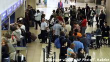 Südafrika Schlange am Flughafen Johannesburg