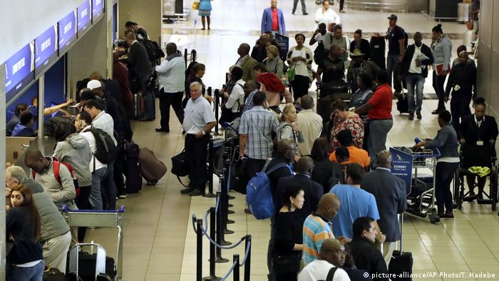 Südafrika Schlange am Flughafen Johannesburg (picture-alliance/AP Photo/T. Hadebe)
