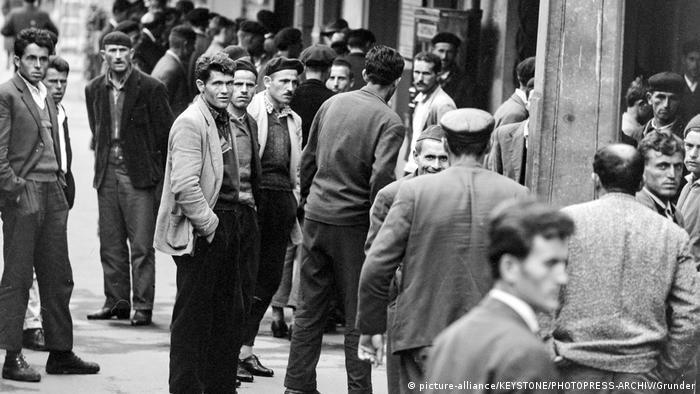 Schweiz Buchs Gastarbeiter aus Jugoslawien nach der Ankunft am Bahnhof (picture-alliance/KEYSTONE/PHOTOPRESS-ARCHIV/Grunder)