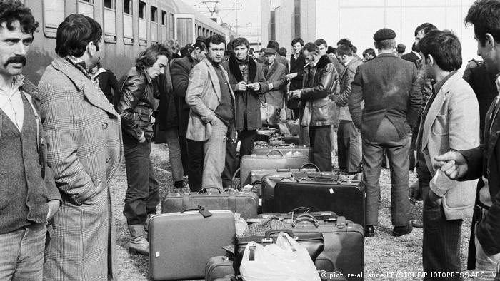 Schweiz Buchs Gastarbeiter aus Jugoslawien nach der Ankunft am Bahnhof