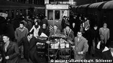 15.12.1972 Tausende von ausländischen Arbeitern drängen sich am 15.12.1972 auf den Bahnsteigen des Hauptbahnhofs in Frankfurt am Main um mit dem Zug über Weihnachten in ihre Heimatländer zu fahren. Die auf dem Bild zu sehenden Züge fahren in Richtung Jugoslawien. | Verwendung weltweit