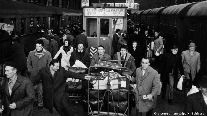 Deutschland Frankfurt Gastarbeiter auf dem Weg in die Weihnachtsferien nach Jugoslawien