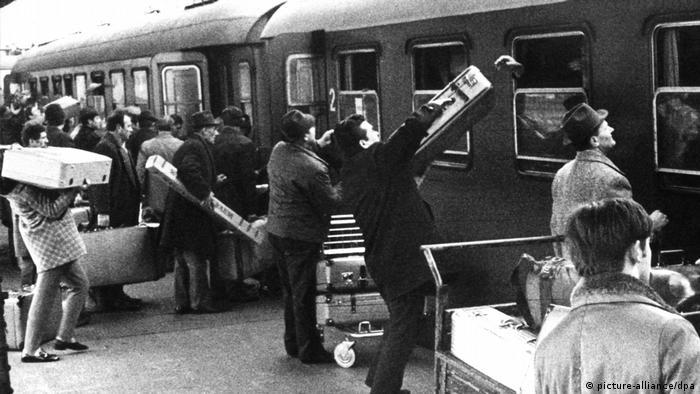 Deutschland Frankfurt Gastarbeiter auf dem Weg in die Weihnachtsferien nach Jugoslawien (picture-alliance/dpa)