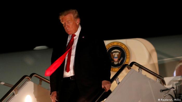 Donald Trump geht die Treppen der Air Force One hinunter
