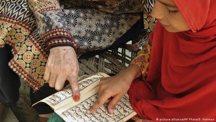 Pakistan Der Alltagsleben des Mädchen Ansa in Mardan