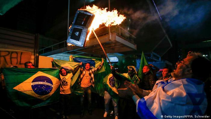 Partidários de Bolsonaro queimam modelo de urna eletrônica no primeiro turno em São Paulo