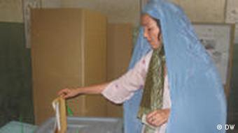 Wahl Afghanistan 2009 Frau an Wahlurne