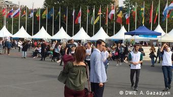 Флаги стран-участниц саммита франкофонии в Ереване и люди перед ними