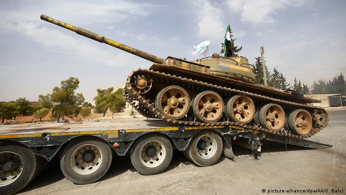 Heavy tank being withdrawn from Idlib (picture-alliance/dpa/AA/G. Balci)