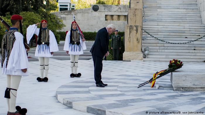 Frank-Walter Steinmeier lays a wreath at the tomb of the unknown soldier.