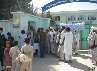 Antrian di sebuah TPS di Afghanistan Agustus lalu