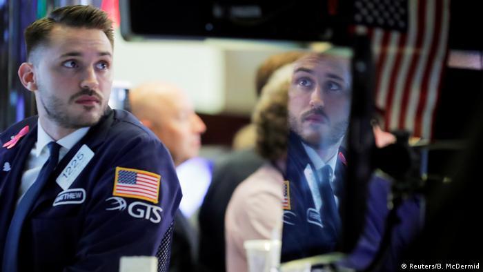 Ein Trader an der Börse in der Wall Street, New York