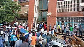 Mosambik Anhänger von RENAMO feiern den Sieg im Voraus (DW/S. Lutxeque)