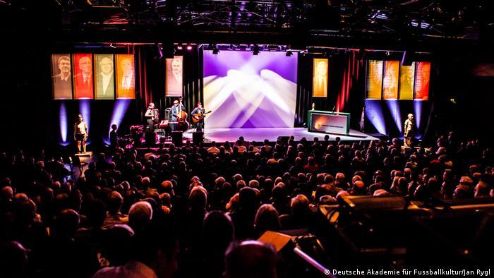 Grosser, voller Saal mit hell erleuchteter Bühne bei der Gala zur Verleihung des Deutschen Fußball-Kulturpreises