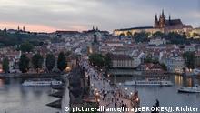 Tschechische Republik Die Karlsbrücke und die Prager Burg im Abendlicht