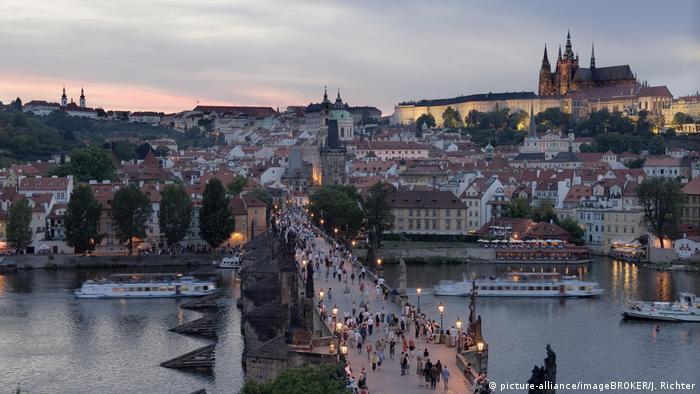 Tschechische Republik Die Karlsbrücke und die Prager Burg im Abendlicht (picture-alliance/imageBROKER/J. Richter)
