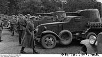 Немецкие солдаты знакомятся с советской техникой в Польше (октябрь 1939 года)