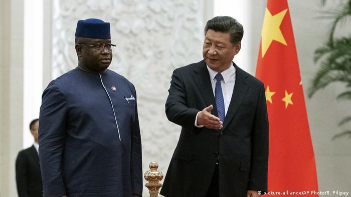 China Präsident Xi Jinping und Julius Maada Bio Sierra Leone (picture-alliance/AP Photo/R. Pilipey)