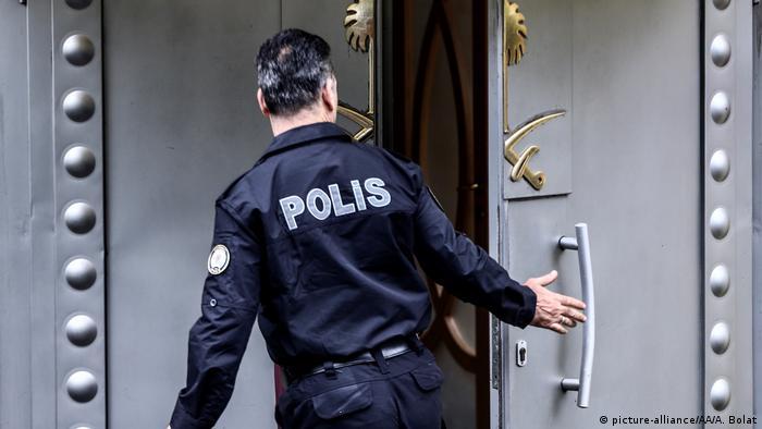 Полиция на входе в консульство Саудовской Аравии в Стамбуле