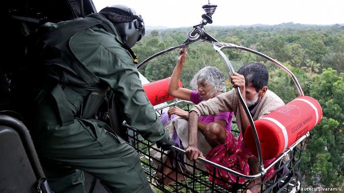 Algunos de los habitantes de las zonas afectadas por las inundaciones tuvieron que ser rescatados con helicópteros.