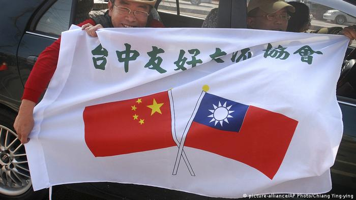 China and Taiwan flags (picture-alliance/AP Photo/Chiang Ying-ying)