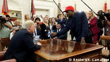 11.10.2018+++ Rapper Kanye West shows President Donald Trump his mobile phone during a meeting in the Oval Office at the White House in Washington, U.S., October 11, 2018. REUTERS/Kevin Lamarque