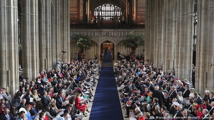 ۸۵۰ نفر میهمان مراسم ازدواج بودند. برخی از مخارج بالایی که خاندان سلطنتی صرف این مراسم کرده است، انتقاد کردهاند.