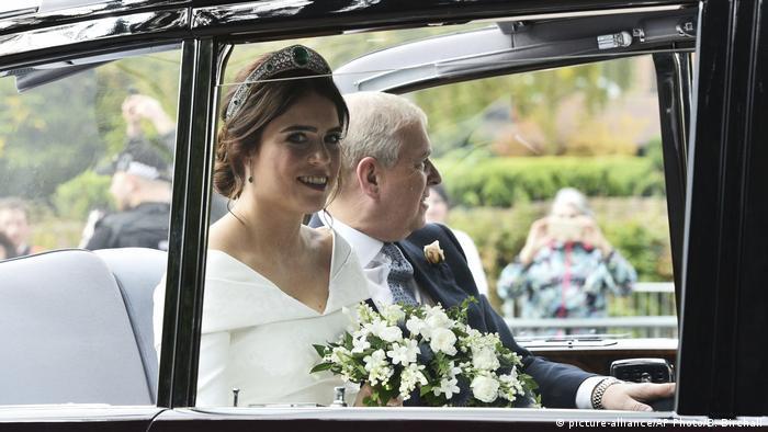 شاهزاده یوجین همراه پدرش، پرنس اندرو، وارد ویندسور در غرب لندن شد. نوه ملکه الیزابت دوم لباسی ساده و سفید از طراح بریتانیایی پیتر پیلوتو را برگزیده بود. تاج سر او به زمرد و دیاموند مزین بود.