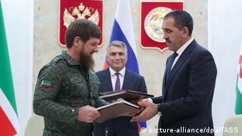 Глава Ингушетии Юнус-Бек Евкуров и глава Чечни Рамзан Кадыров подписывают соглашение об изменении границ между республиками