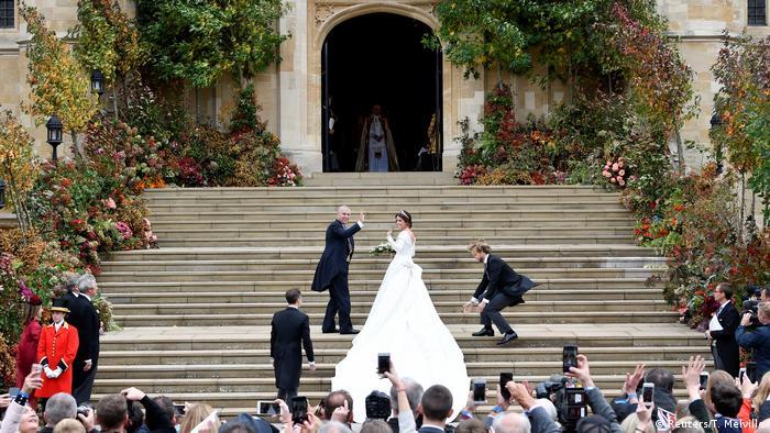 شاهزاده یوجین و پدرش در راه ورود به کلیسای محل ازدواج به مردم تماشاچی سلام میدهند. یوجین فرزند شاهزاده اندرو، سومین فرزند ملکه الیزابت و شاهزاده فیلیپ است. او نهمین نفر در صف رسیدن به تاج و تخت سلطنت در بریتانیاست.