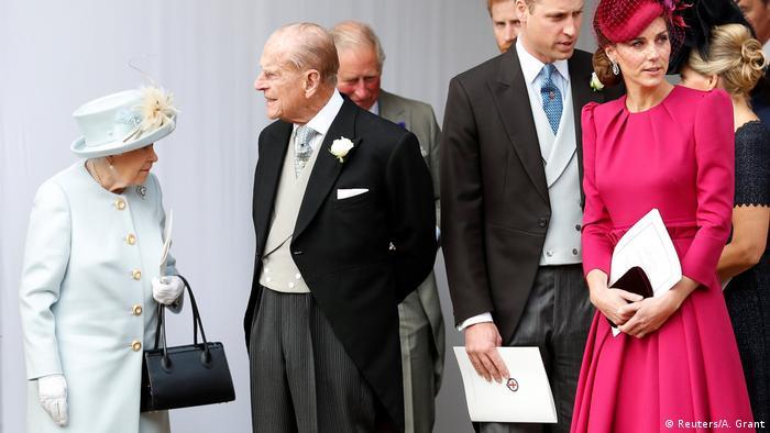 ملکه الیزابت دوم همراه با همسرش پرنس فیلیپ و نوهاش ویلیام و همسر او، کیت، در انتظار ورود شاهزاده یوجین ۲۸ ساله. ملکه الیزابت یک روز پیش از عروسی از اقامتگاه تابستانیاش در اسکاتلند به لندن بازگشت.