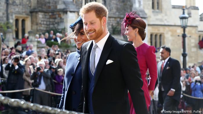 شاهزاده هری و همسرش مگان در مراسم ازدواج شاهزاده یوجین و جک بروکسبنک. هوای بادی در ویندسور نه تنها آرایش موی برخی از حاضران را به هم ریخت، بلکه کلاههای آنها را هم به پرواز درآورد.