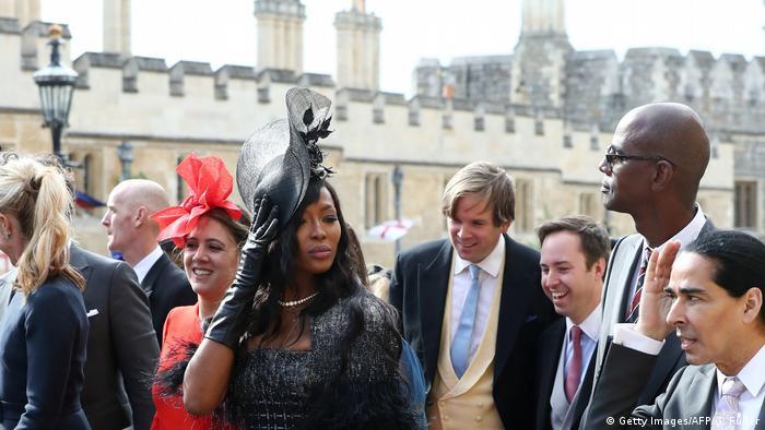 چند مانکن مشهور نیز در میان میهمانان عروسی یوجین و جک بودند. در اینجا نائومی کمبل، مدل مشهور بریتانیایی با لباس و کلاهی مشکی رنگ.