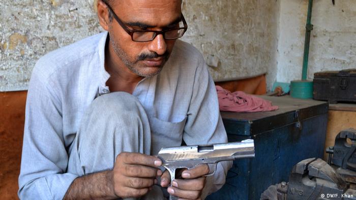 Pakistan - Waffenindustrie in Khyber Pukhtoonkhwa (DW/F. Khan)