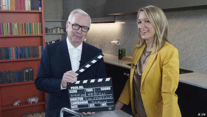 David Chipperfield stands with Meike Krüger in a kitchen. (DW)
