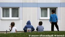 Kinder vor Flüchtlingsunterkunft