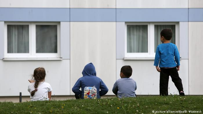 Children in front of a care facility (picture-alliance/dpa/B. Wüstneck)